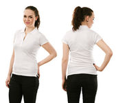 面带笑容的女人,穿着空白的白色 polo 衫 — 图库照片