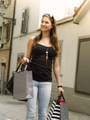 Smiling woman shopping in the city — Stock Photo