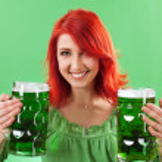 cervezas pelirroja tenencia verde — Foto de Stock   #9409275