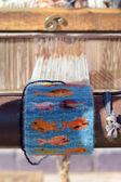 Telaio in legno d'epoca con mezza maglia tappeto colorato sul thread — Foto Stock