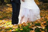 Braut und bräutigam mit nackten füße — Stockfoto