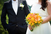 Joven casada mano par con bouquet de bodas — Foto de Stock