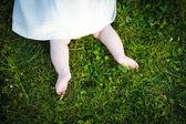 босиком девочку на изучении трава — Стоковое фото