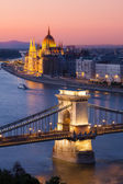 Budapest cityscape sunset with Chain Bridge in front and Parliament Building in background — Stock Photo