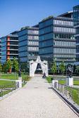 Arco d'ingresso davanti agli uffici moderni accanto alla nazione di budapest — Foto Stock