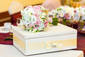 Wedding table decoration with bride bouquet with gift box — Stockfoto