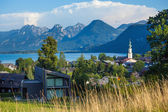 St. Gilgen and Wolfgang See lake with Sparber and Bleckwand peak — Foto de Stock