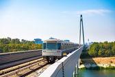 Trem metro de viena passando uma ponte sobre o rio danúbio — Foto Stock