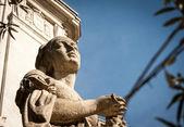 Weibliche statue — Stockfoto