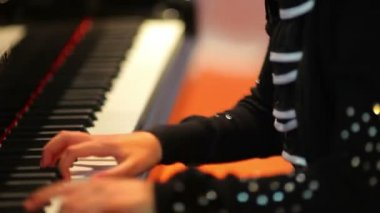 Girl plays the piano — Stock Video #35053425