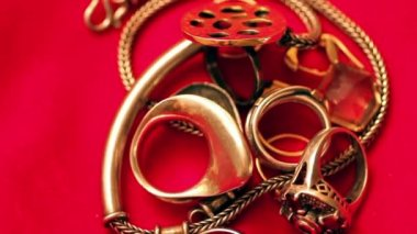 Gold chain and a ring on a red cloth — ストックビデオ
