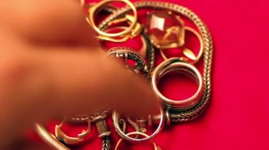 Gold chain and a ring on a red cloth — Stock Video