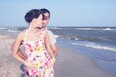 Tutkulu heteroseksüel çift sahil üzerinde. açık havada — Stok fotoğraf