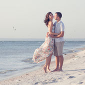 Happy emotive adult couple on the sea shore. copy space. White sand, blue water, seagulls — Stock Photo