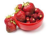 Erdbeere mit roten platte — Stockfoto