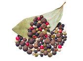 Красочный перец и сухой лавровый лист — Стоковое фото
