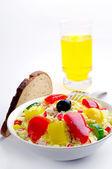 Ensalada con palitos de cangrejo y un vaso de jugo — Foto de Stock