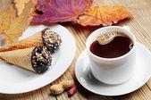 Taza de café caliente con tortas — Foto de Stock