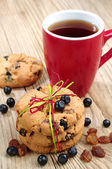 Cookies with raisins and blueberries and cup of tea — Stock Photo