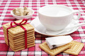 Cookies, cup met warm water en theezakje — Stockfoto