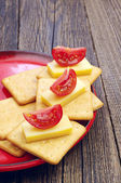 チーズとトマトとクラッカー — ストック写真