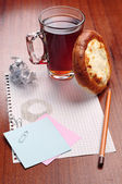 Notebook paper and a cup of tea — 图库照片