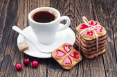 Cup of hot coffee and cookies tied ribbon — Stock Photo