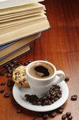 Kahve ve kitaplar — Stok fotoğraf