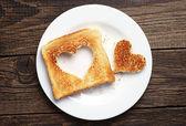 ハートの形をカットとパンをトーストします。 — ストック写真