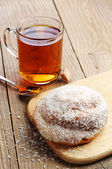 Sweet bun and cup of tea — Stock Photo