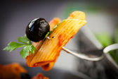 Pasta with tomato and olives — Stockfoto