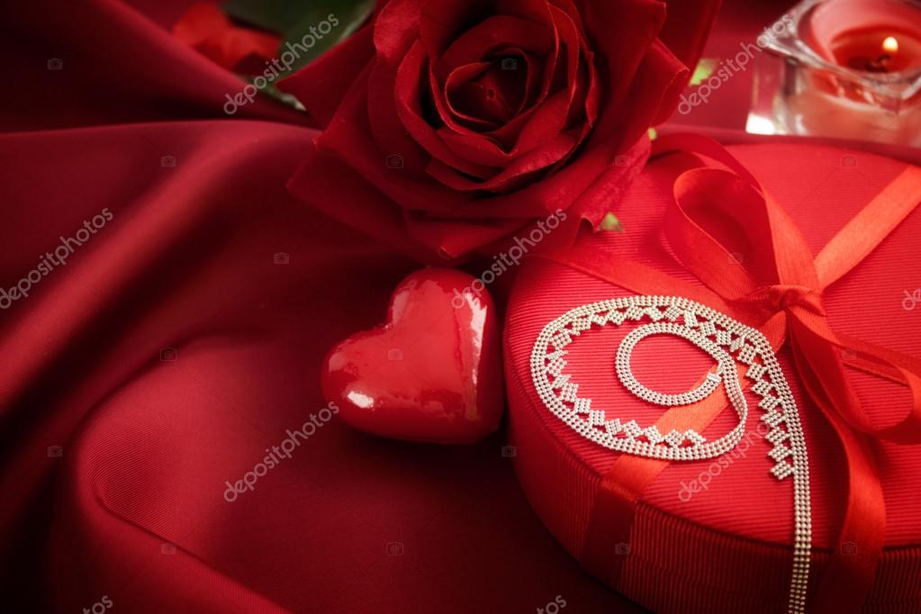 Valentine's day red bow on luxury present with beautiful neklace — Stock Photo #19250119