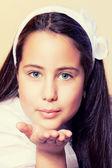 Retrato de uma menina em seu primeiro dia de comunhão, soprando um k — Foto Stock