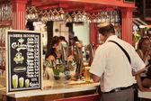 游人在圣米格尔市场订购一瓶啤酒 — 图库照片