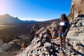 Kvinna vandrare i teide national park, Teneriffa — Stock fotografie