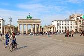 Menschen in brandenburger tor, berlin — Stockfoto