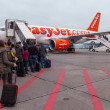 People Walking in a Runway to enter an EasyJet plane — Stock Photo