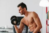 Genç adam ağırlık yapıyor — Stok fotoğraf