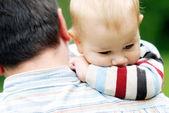 Bambino sulla spalla di padri — Foto Stock