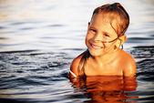 Feliz niña linda nadando en el agua — Foto de Stock