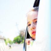Chica en el coche que busca lanzar ventana — Foto de Stock