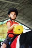 Jovem, montando um cavalo — Fotografia Stock