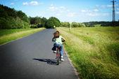 Petite fille avec son vélo — Photo