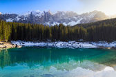 Lago di Carezza (Karersee) with Alps and blue skies, Südtirol, Italy — Stock Photo