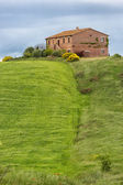 Tuscany farmhouse with fields and flowers, Val d'Orcia, Italy — Stock Photo