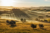 Farmhouse in Val d'Orcia after sunset, Tuscany, Italy — Stock Photo