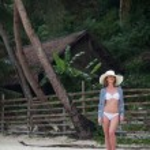 美丽的女人放松热带海滩上 — 图库照片