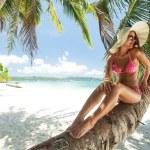 Young beautiful woman posing on the beach — Stock Photo