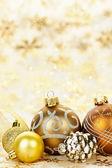 Fundo de enfeites de Natal dourado — Fotografia Stock