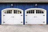 Portas de garagem dupla — Foto Stock